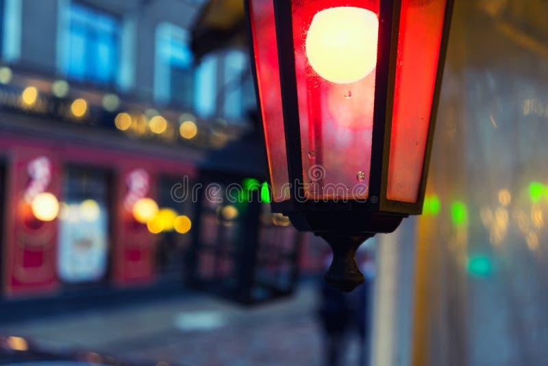 Пестротканые света на ярмарке в городе для рождества стоковые изображения