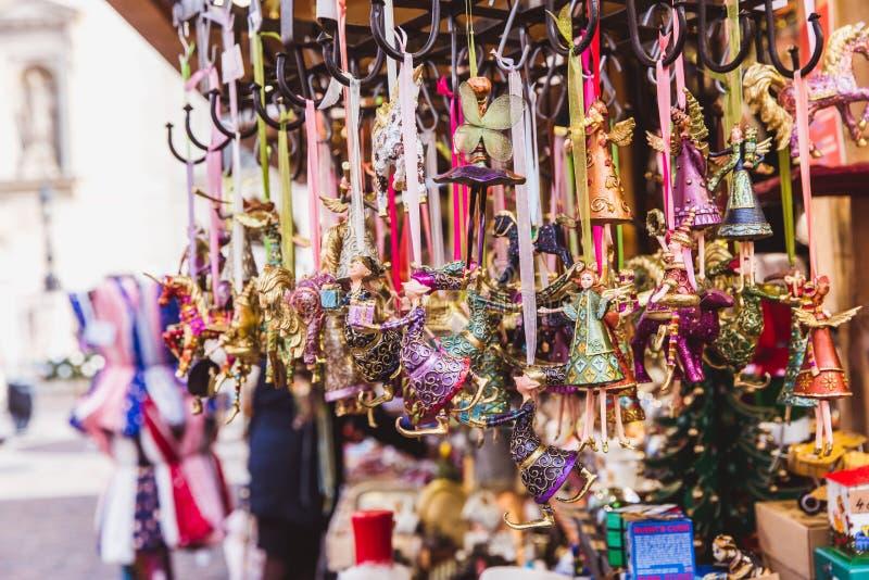 Пестротканые украшения рождества в рождественской ярмарке Будапешта стоковые фотографии rf