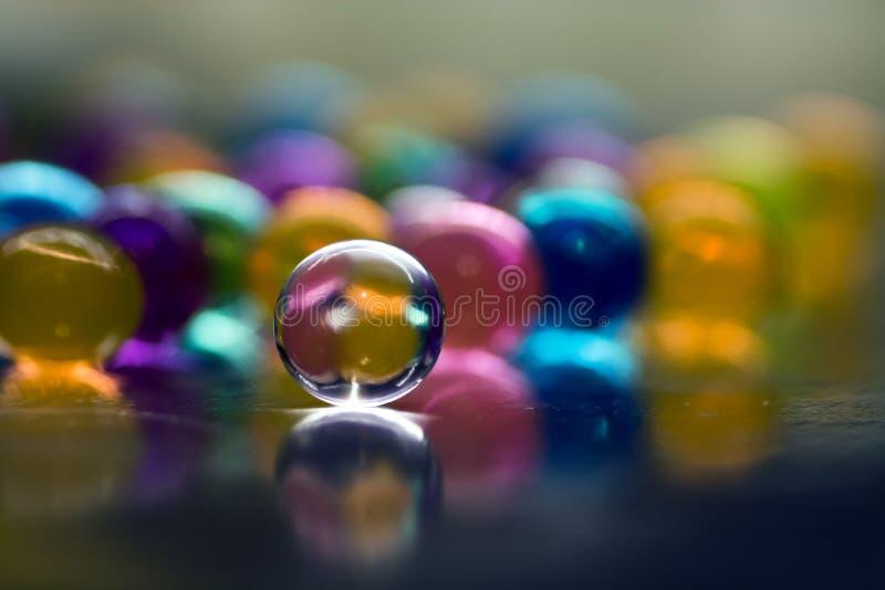Пестротканые шарики поглощают воду абстрактная предпосылка стоковая фотография