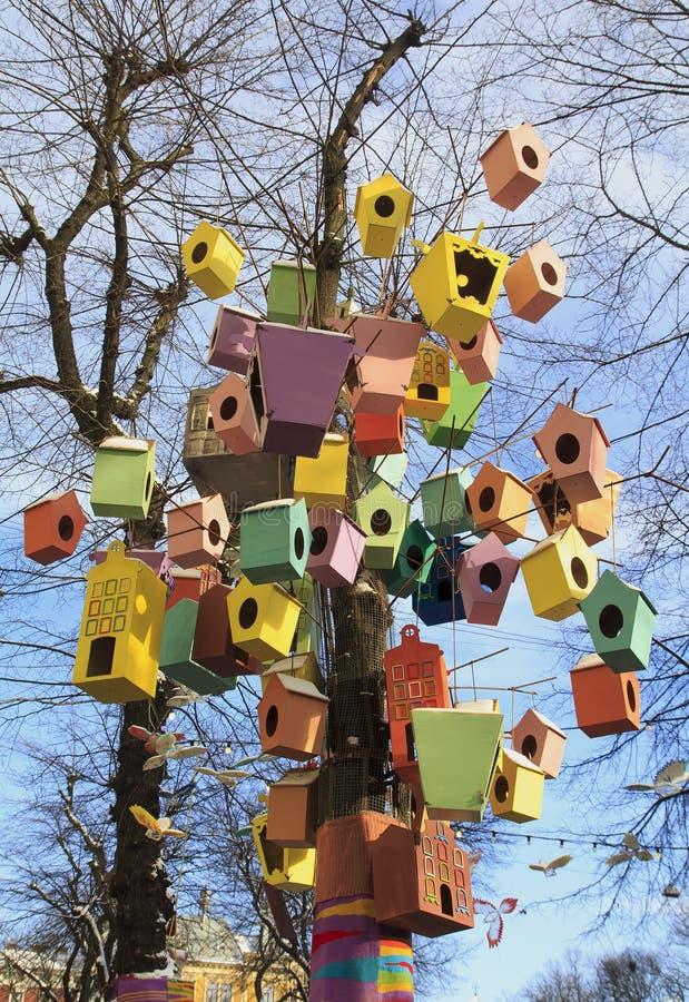 Пестротканые birdhouses на ветвях дерева стоковое изображение