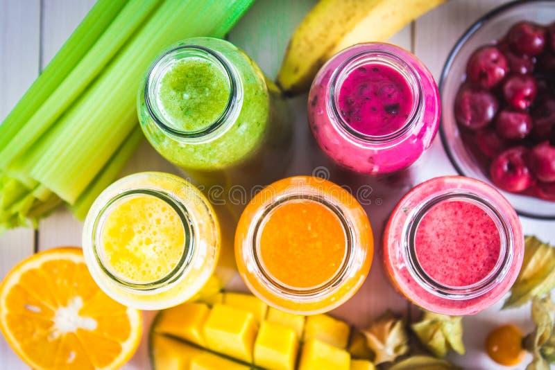 Пестротканые smoothies в бутылках манго, апельсина, банана, cele стоковое изображение rf