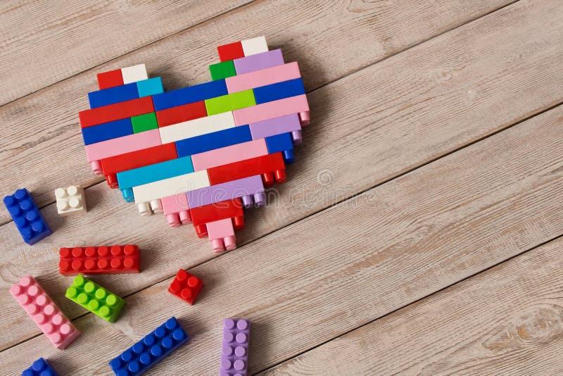 Пестротканый пластиковый набор конструкции Игры ` s детей воспитательные стоковые фотографии rf
