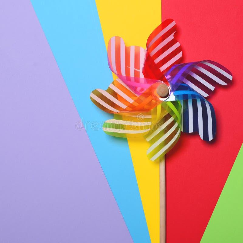 Пестротканый pinwheel на предпосылках colorul - минимальный дизайн стоковое фото