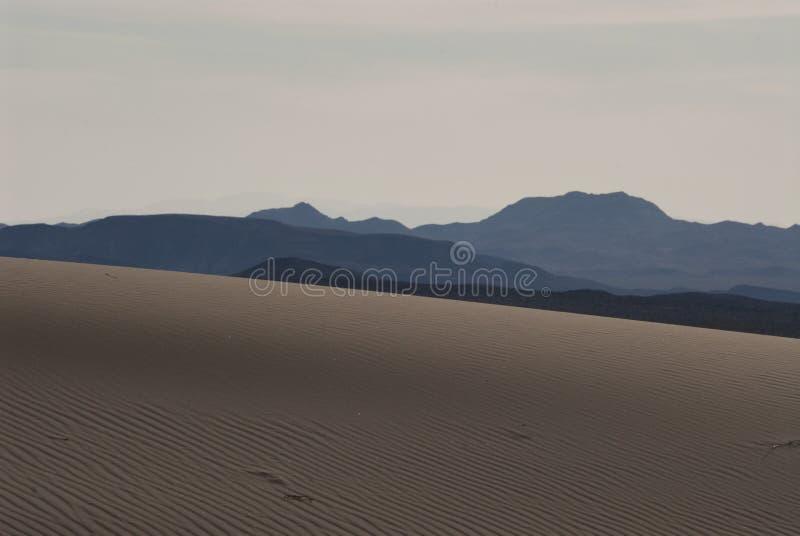 Песчанная дюна и горы ландшафта пустыни стоковые фото