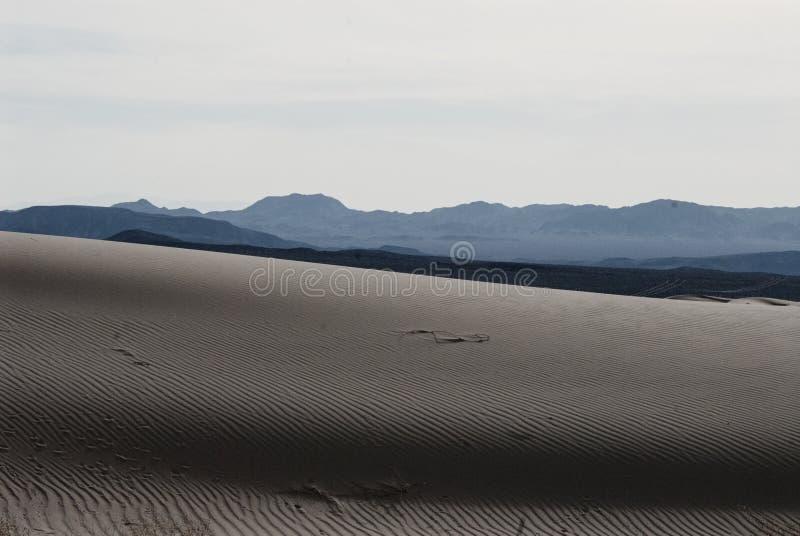 Песчанная дюна и горы ландшафта пустыни стоковое изображение