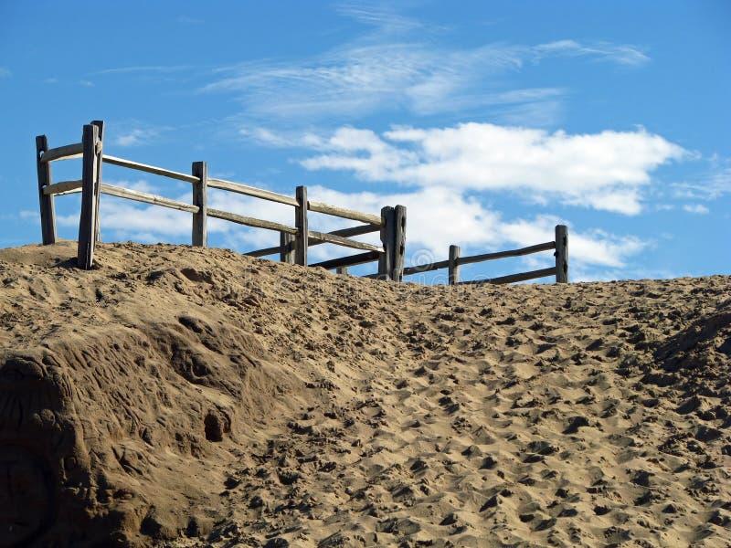 Песчанные дюны с деревянный ограждать стоковое фото