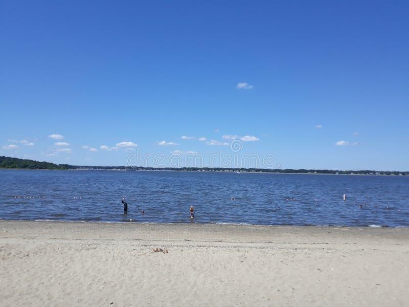 Песчаный океан расслабляет солнце весело стоковое изображение rf