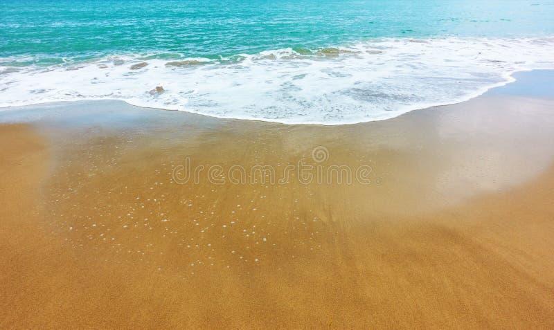 Песчаный пляж и мягкий прибой моря стоковое фото rf
