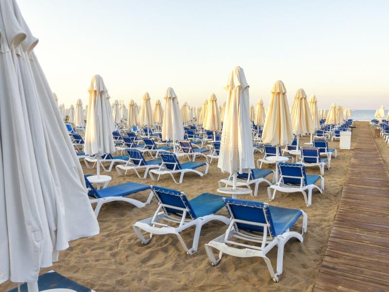 Песчаный пляж к морю с деревянной тропой, кроватями солнца, зонтиками, Tu стоковая фотография