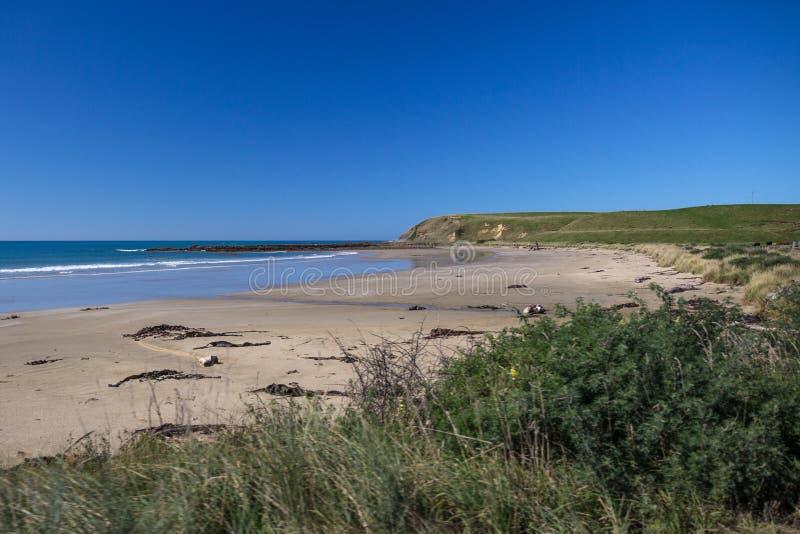 Песчаный пляж на побережье Catlins, острове ` s Новой Зеландии южном стоковая фотография