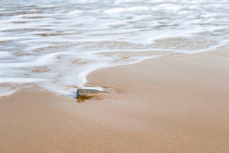 Песчаный пляж с задавливать волны стоковые фото