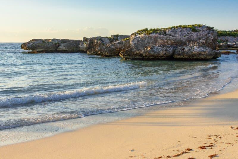 Песчаный пляж, утесы, и море Майя Ривьеры, Cancun, Мексика стоковое фото rf