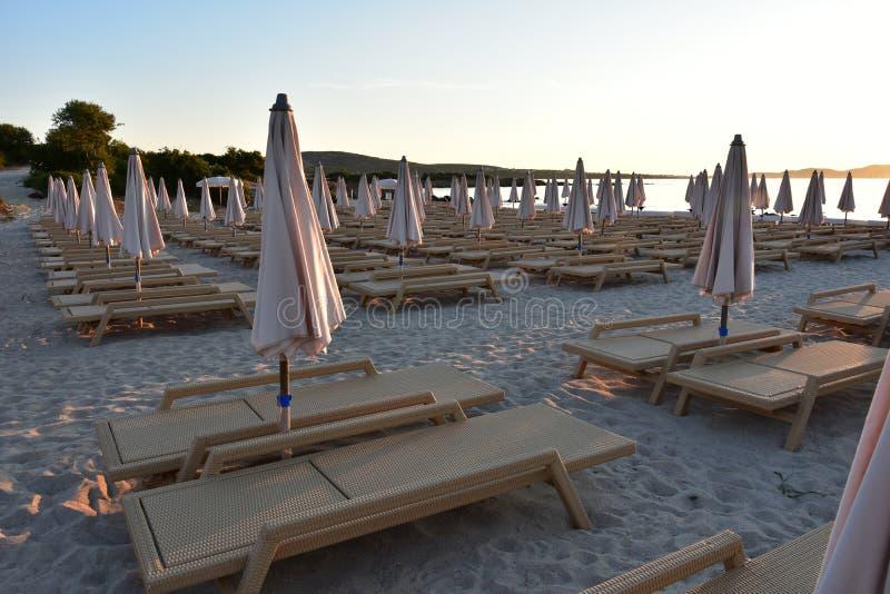 Песчаный пляж в солнце утра в Сардинии стоковые изображения