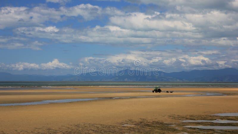 Песчаный пляж в Marahau, национальном парке Abel Tasman стоковое изображение
