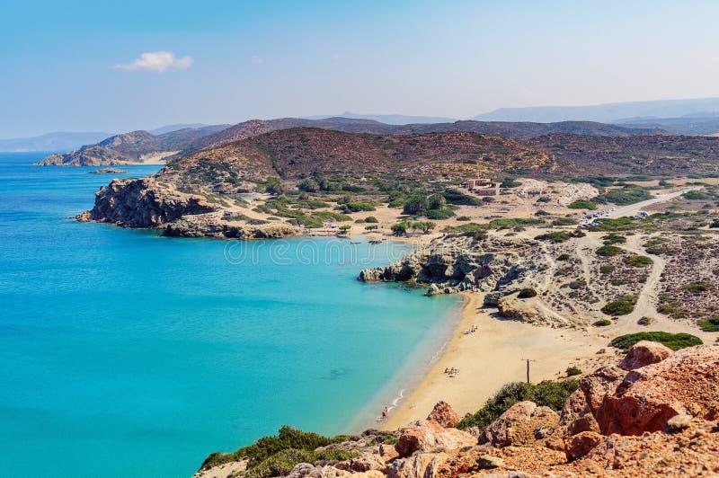 Песчаный пляж и лагуна с ясным открытым морем на острове Крита около городка Sitia, Греции стоковые фотографии rf