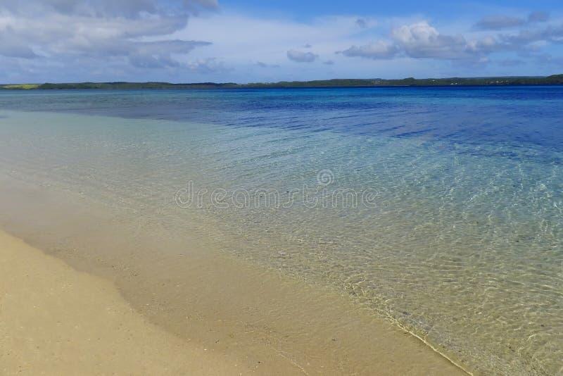 Песчаный пляж и чистая вода, остров Ofu, Тонга стоковые изображения