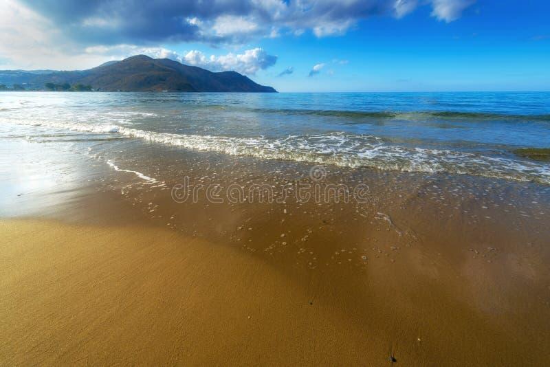 Песчаный пляж с голубым небом в Крите, Греции стоковое изображение