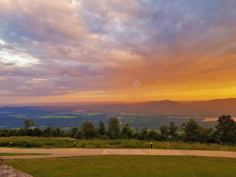Петит Джин River Valley и голубое озеро гор стоковые изображения
