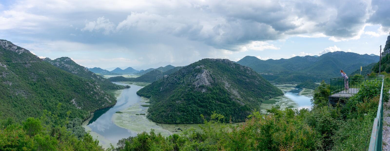Петля Риеки Crnojevica реки, национальный парк озера Skadar, от точки зрения Pavlova Strana на солнечный день, jezero Skadarsko стоковое фото rf