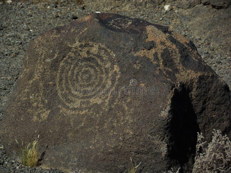 Петроглифы на утесах от доисторических людей стоковое изображение