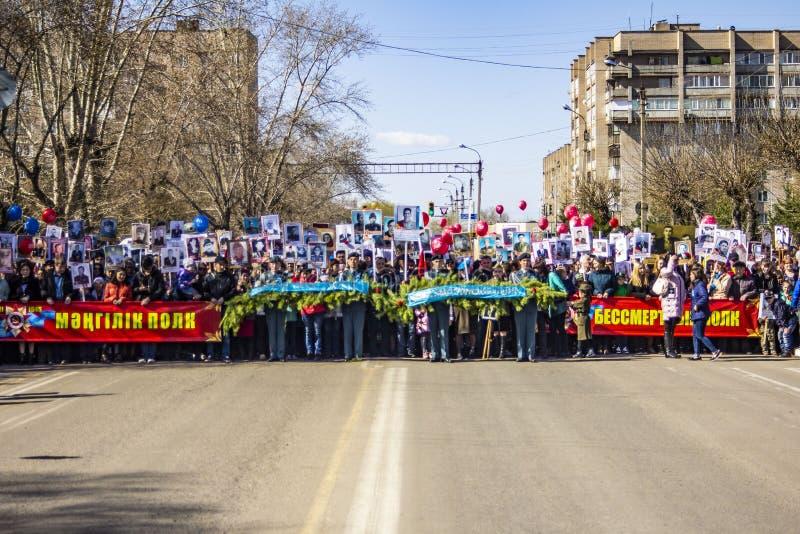 ПЕТРОПАВЛОВСК 9-ОЕ МАЯ 2018: резиденты в памятном шествии стоковая фотография