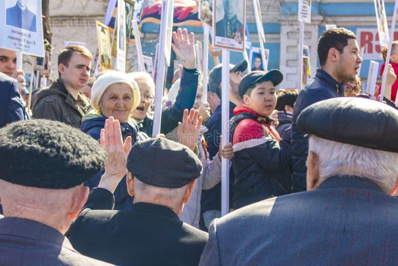 ПЕТРОПАВЛОВСК 9-ОЕ МАЯ 2018: резиденты в памятном шествии стоковая фотография rf