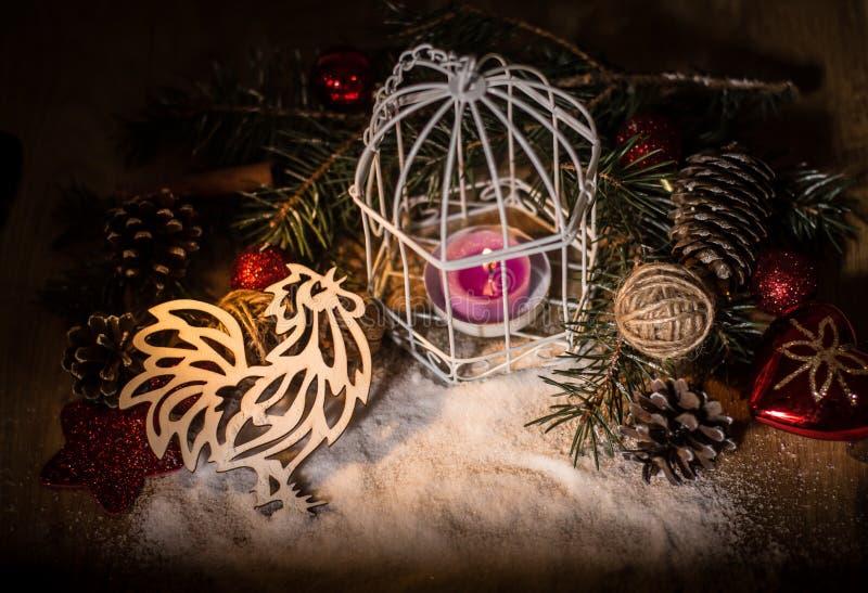 Петух отрезал из бумаги на предпосылке рождества стоковые фотографии rf