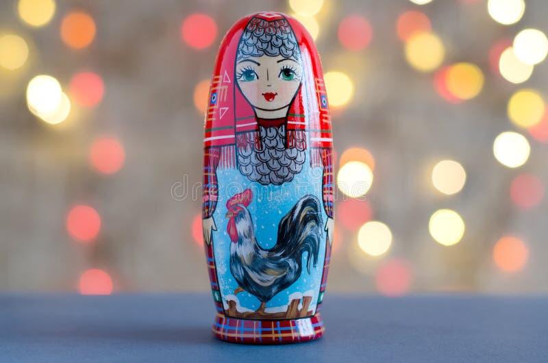 Петух - символ Нового Года Изображение на matr куклы стоковое изображение rf