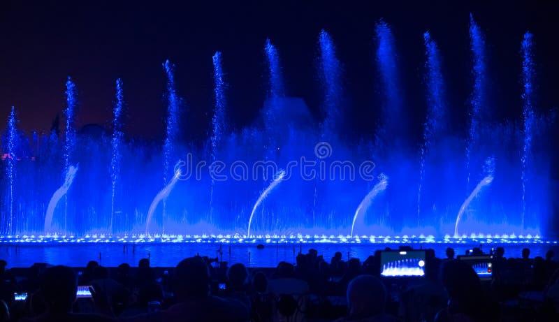 петь ландшафта фонтанов barcelona Накаляя покрашенные фонтаны и выставка лазера стоковая фотография
