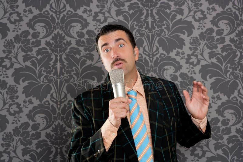 петь болвана усика микрофона человека ретро придурковатый стоковые изображения
