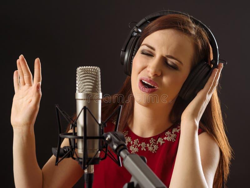 Петь в студии звукозаписи стоковые фотографии rf
