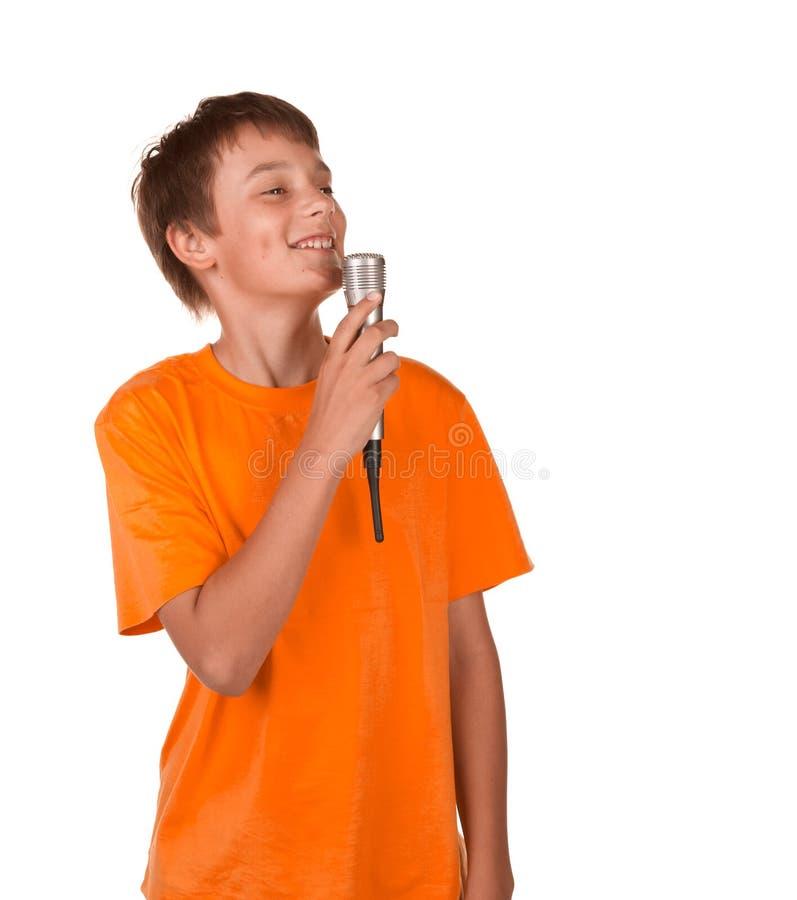 петь караоке мальчика стоковая фотография
