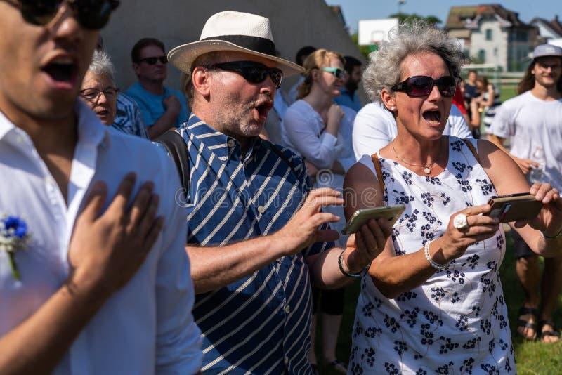 Петь с Songtext на смартфоне на Jugendfest Brugg Impressionen стоковые изображения