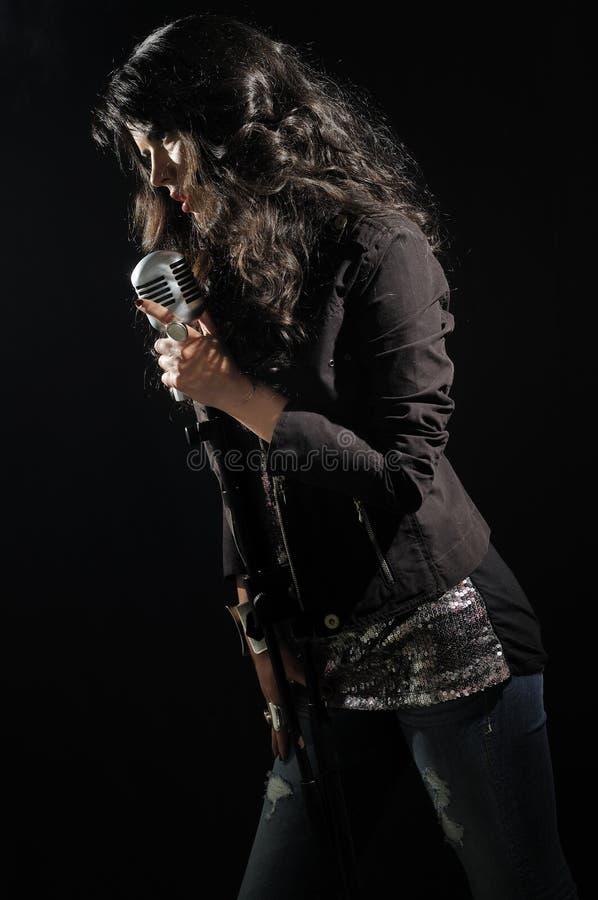 петь mic брюнет красотки ретро стоковые фотографии rf