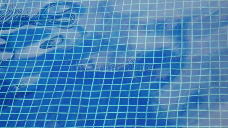 Петли сверкная воды в бассейне стоковое фото