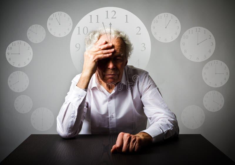 печаль Старик в мыслях Старик ждет 3 минуты к стоковое изображение