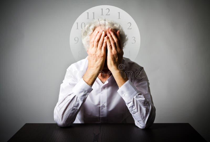 печаль Старик в мыслях Старик ждет 3 минуты к стоковые фото