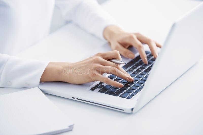 Печатать на машинке на клавиатуре стоковая фотография