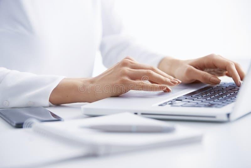 Печатать на машинке на клавиатуре стоковые фото