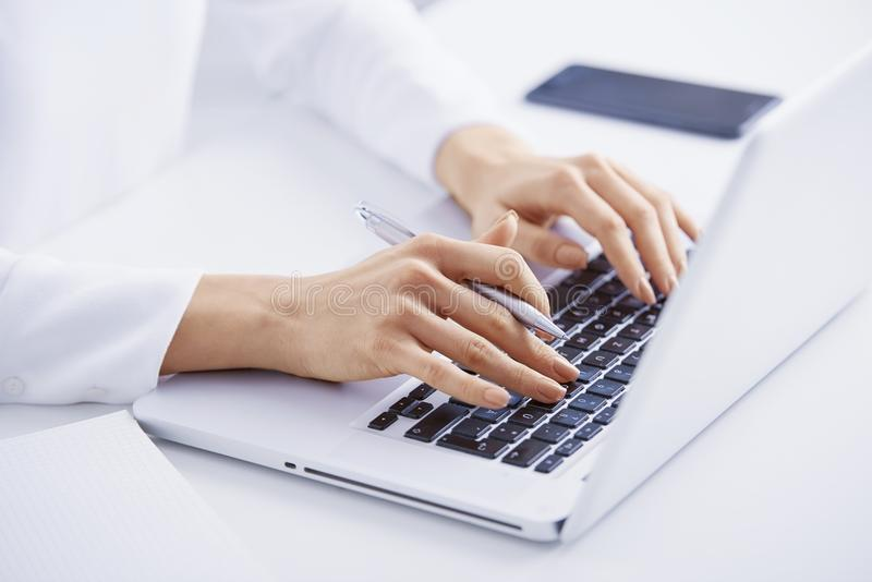 Печатать на машинке на клавиатуре стоковое изображение