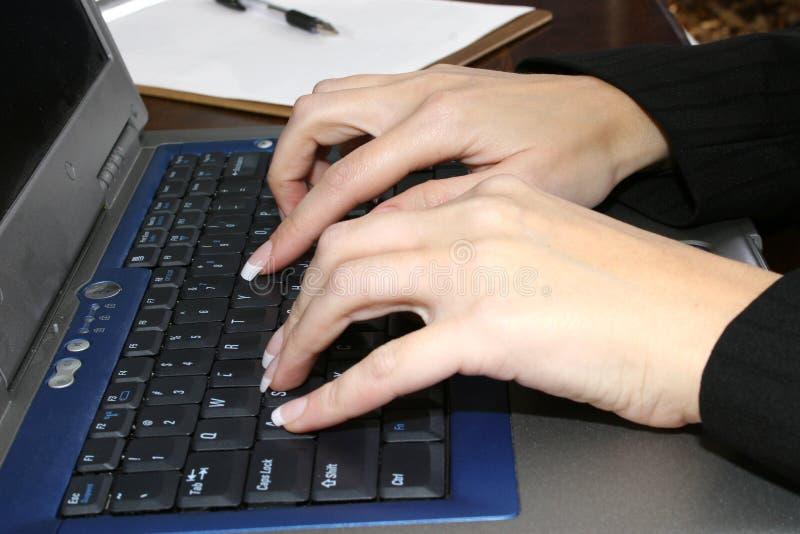 печатать на машинке рук стоковое изображение