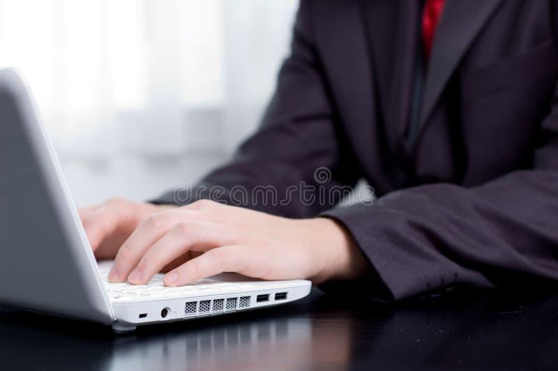 печатать на машинке тетради бизнесмена стоковое фото rf