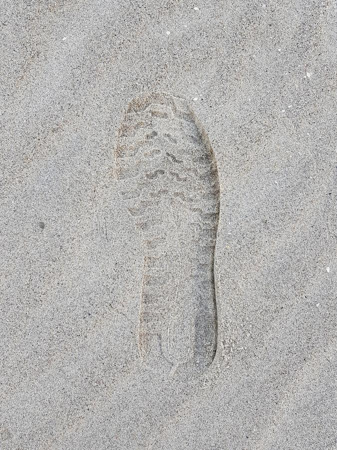 Печать ботинка на песчаном пляже стоковые фото