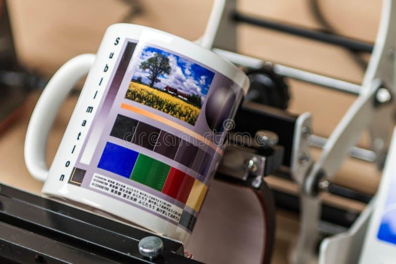 Печать машины продукции кружки сублимации дизайнерская изображает дизайн кофейной чашки стоковое изображение