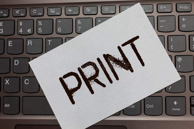 Печать показа знака текста Схематическое письмо продукции фото нумерует символы на бумаге машиной используя keybo компьтер-книжки стоковая фотография