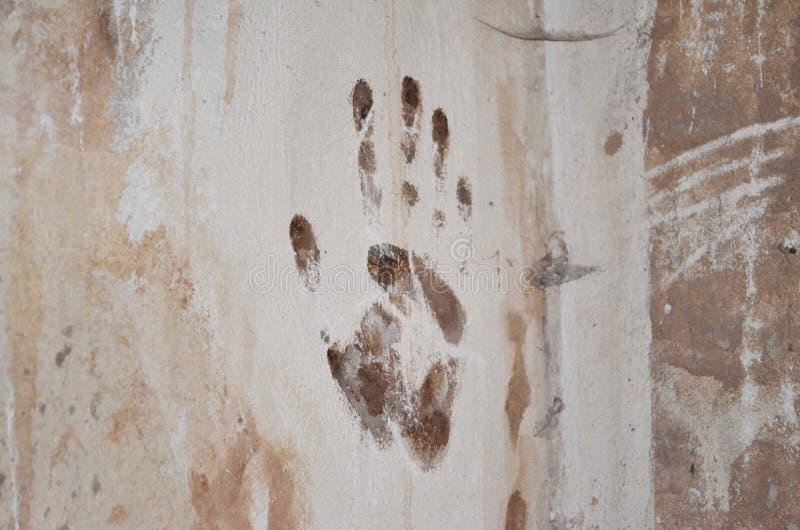 Печать руки на стене стоковые изображения rf