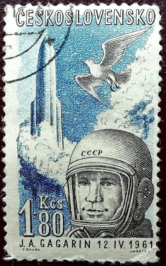 Печать столба напечатанная в Чехословакии показывает портрет космонавта СССР Юрия Gagarin День космонавтики 12-ое апреля стоковое изображение rf