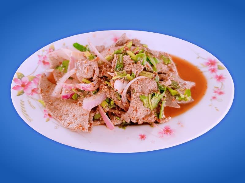 Печени традиционной Тайской кухни пряные травяные изолированные на голубой предпосылке стоковое изображение rf