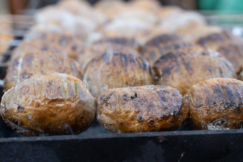 печеные картофели на углях на гриле с золотым приготовлением пищи коркы стоковое фото rf