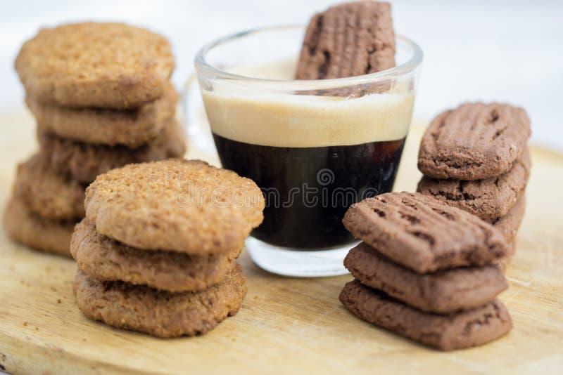 Печенье выдержанное в кофе эспрессо стоковое фото rf